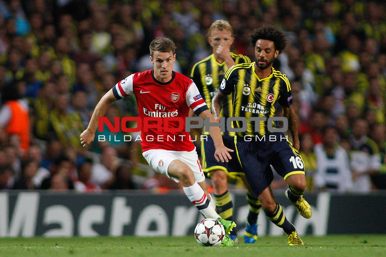 LONDON, ENGLAND - August 27: Arsenal's Aaron Ramsey  runs with the ball during the UEFA Champions League Qualification round match between Arsenal from England and Fenerbahce from Turkey played at The Emirates Stadium, on August 27, 2013 in London, England.   Foto © nph / Mitchell Gunn *** Local Caption ***