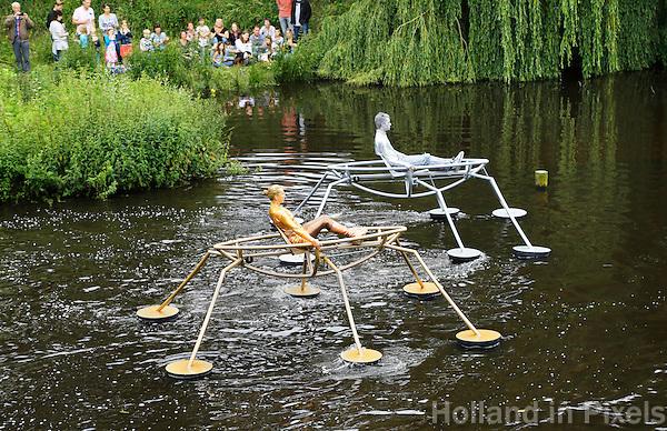 Nederland  Den Bosch  2016. De Bosch Parade op rivier de Dommel. De Bosch Parade is een evenement in 's-Hertogenbosch. De optocht bestaat uit varende kunstwerken. Alle werken zijn geïnspireerd op de kunst van Jheronimus Bosch. De Schaatsenrijders. Foto  Berlinda van Dam / Hollandse Hoogte