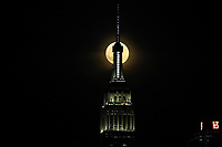 NOVA YORK, EUA, 16/07/2019 - LUA-EUA - Lua cheia é vista perto do Empire State Building em Nova York, a partir da cidade de Hoboken em Nova Jersey na noite de terça-feira, 16. Hoje celebra 50 anos que Neil Amstrong, o primeiro homem que pisou na lua. (Foto: William Volcov/Brazil Photo Press)