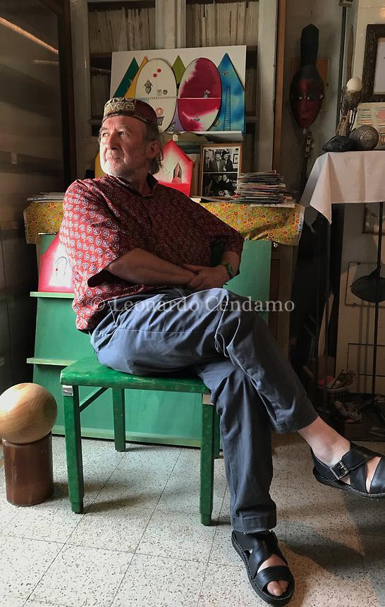 Alberto Casiraghy, editore, pittore, vive e lavora a Osnago in provincia di Lecco. Ebanista e autore di raccolte di racconti, poesie e aforismi, ha fondato nel 1982 la casa editrice Pulcinoelefante che pubblica libri stampati a mano. Osnago, 26 giugno 2020. Photo by Leonardo Cendamo
