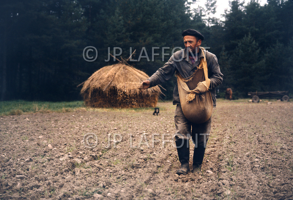 Poland, September, 1981 - A farmer in the Kolno region spreads seeds by hand. With little advanced farming equipment available, the majority of the work is done manually.<br /> Pologne, septembre 1981 - Dans la r&eacute;gion de Kolno, un semeur traditionnel &eacute;pand ses grains manuellement. Les fermiers n&rsquo;ont pas de moyen m&eacute;canique et l&rsquo;essence est ch&egrave;re.