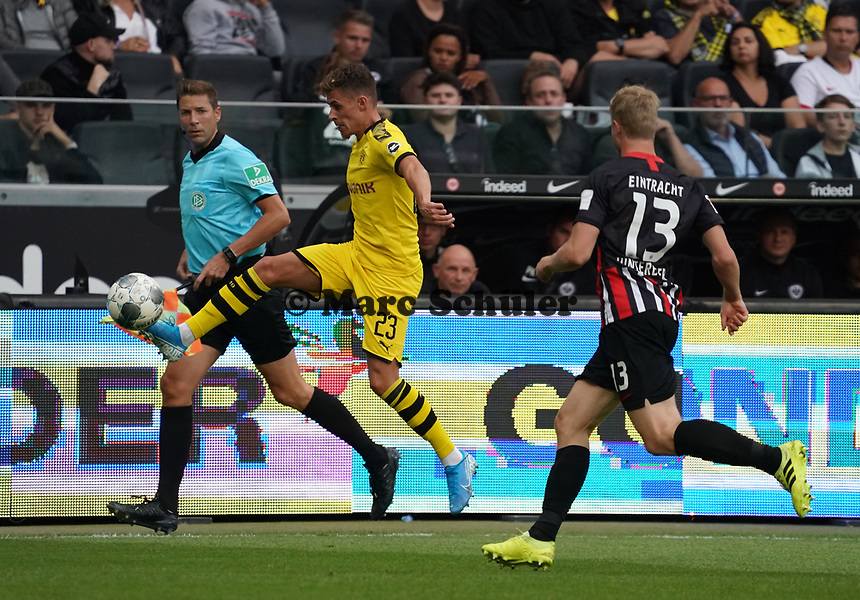 Thorgen Hazard (Borussia Dortmund) gegen Martin Hinteregger (Eintracht Frankfurt) - 22.09.2019: Eintracht Frankfurt vs. Borussia Dortmund, Commerzbank Arena, 5. Spieltag<br /> DISCLAIMER: DFL regulations prohibit any use of photographs as image sequences and/or quasi-video.