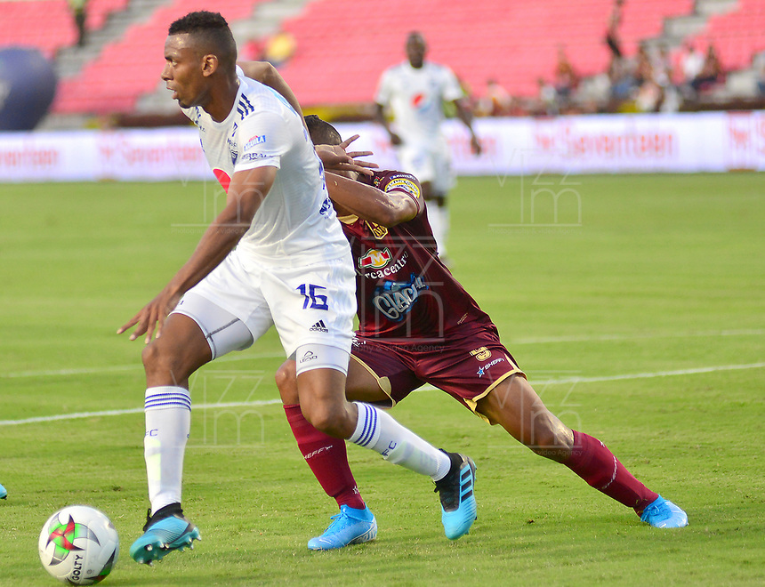 IBAGUE – COLOMBIA, 09-10-2019: Jorge Luis Ramos del Tolima disputa el balón con Deivy Balanta del Millonarios durante partido entre Deportes Tolima y Millonarios por la fecha 16 de la Liga Águila II 2019 jugado en el estadio Manuel Murillo Toro de la ciudad de Ibagué. / Jorge Luis Ramos of Tolima struggles the ball with Deivy Balanta of Millonarios during match between Deportes Tolima and Millonarios for the date 16 as part of Aguila League II 2019 played at Manuel Murillo Toro stadium in Ibague. Photo: VizzorImage / Juan Carlos Escobar / Cont