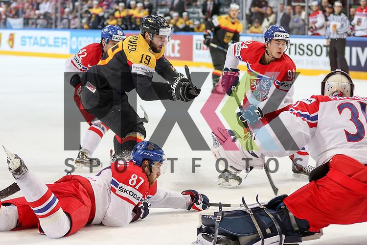 Deutschlands Oppenheimer, Thomas (Nr.19)(Hamburg Freezers) im Gedr&auml;ngel vor Tschechiens Pavelec, Ondrej (Nr.31)(Winnipeg Jets) und Tschechiens Nakladal, Jakub (Nr.87)(TPS Turku) , Tschechiens Simon, Dominik (Nr.94)(HC Plzen)  im Spiel IIHF WC15 Deutschland vs Tschechien.<br /> <br /> Foto &copy; P-I-X.org *** Foto ist honorarpflichtig! *** Auf Anfrage in hoeherer Qualitaet/Aufloesung. Belegexemplar erbeten. Veroeffentlichung ausschliesslich fuer journalistisch-publizistische Zwecke. For editorial use only.