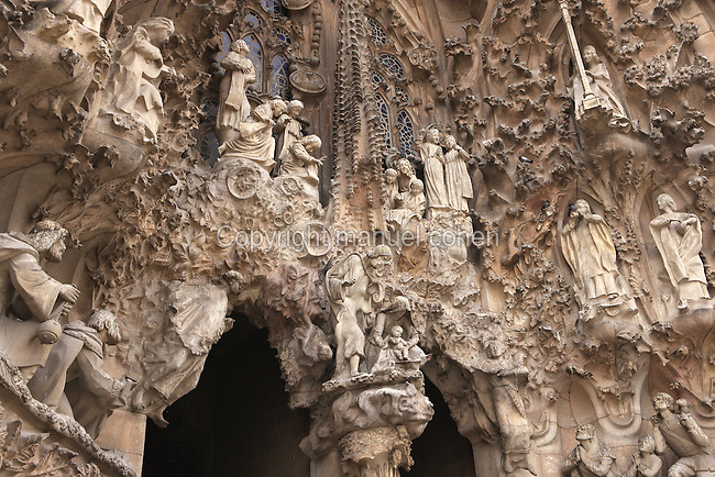 Nativity scene, sculptures by Jaume Busquets; cherubs, sculptures by Etsuro Sotoo, Charity hallway, Nativity façade, La Sagrada Familia, Roman Catholic basilica, Barcelona, Catalonia, Spain, built by Antoni Gaudí (Reus 1852 ? Barcelona 1926) from 1883 to his death. Still incomplete. Picture by Manuel Cohen
