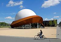 Groningen. Het Infoversum is een koepelbioscoop in de stad Groningen. Het is de enige fulldome-bioscoop in Nederland. Het gebouw is gebouwd in 2012-2014. Het bestaat uit een projectiekoepel met een omvang van 23 meter, omgeven door een constructie van cortenstaal. De bioscoop werd ontworpen door Jack van der Palen van Architectengroep Archiview.
