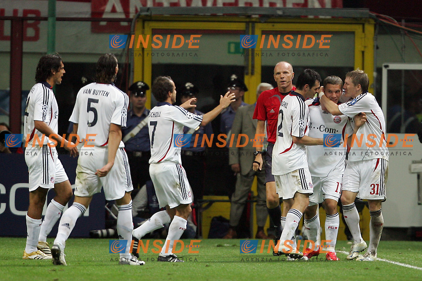Milano 27/9/2006 Inter Bayern 0-2 Munchen Champions League Group Stage Group B. Foto Andrea Staccioli INSIDE<br /> Bayern Likas PODOLSKI celebrates with teammates after scoring second goal for Bayern<br /> PODOLSKI festeggia il secondo gol con i compagni