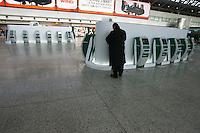 Roma, 23 Gennaio 2006. Un viaggiatore effettua il cech-in all'aeroporto di Roma Fiumicino durante lo sciopero dei lavoratori Alitalia