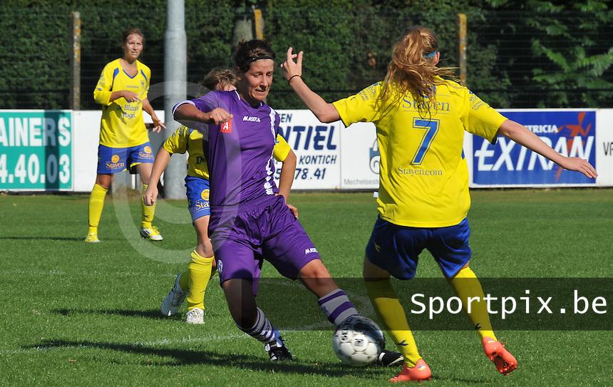 Beerschot Dames - STVV  Sint-Truiden VV Dames :.Tine Van Roie aan de bal.foto JOKE VUYLSTEKE / Vrouwenteam.be