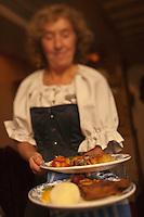 Amérique/Amérique du Nord/Canada/Québec/ Québec: Service au Restaurant: Aux Anciens Canadiens, Rue Saint Louis