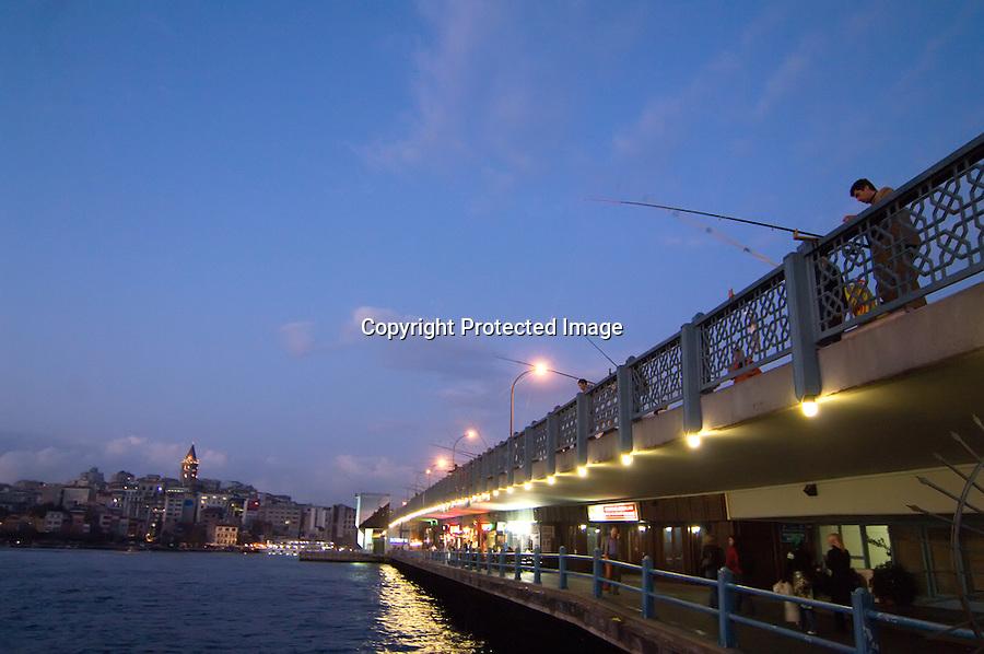 TURQUIA-ESTAMBUL.pescadores en el puente de Galata con la torre de galata tambien al fondo en Estambul.foto JOAQUIN GOMEZ SASTRE©