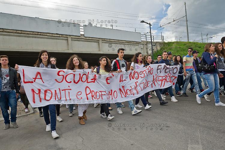 PESCARA (PE) 05/11/2012 - GLI STUDENTI, DELLE SCUOLE SUPERIORI DI PESCARA, HANNO SFILATO PER  LE VIE DELLA CITTà PER RITROVARSI IN UN GRANDE FLASH MOB PRESSO LA MADONNINA DEL PONTE DEL MARE. IL MOTIVO DELLA PROTESTA è FINALIZZATO A SENSIBILIZZARE IL GOVERNO MONTI A RITIRARE IL DISEGNO DI LEGGE 3542 CHE A DETTA DEGLI ALUNNI E DEI PROFESSORI C'è UN SERIO RISCHIO DI SMANTELLAMENTO DELLA SCUOLA PUBBLICA.  FOTO DI LORETO ADAMO