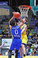 Tai Webster (Fraport Skyliners) gegen Thomas Klepeisz (Basketball Löwen Braunschweig) - 11.10.2017: Fraport Skyliners vs. Basketball Löwen Braunschweig, Fraport Arena Frankfurt