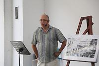Manfred Powalka (Vorsitzender vom Heimatverein Rüsselsheim) zeigt im Rahmen seines Vortrags historische Fotografien