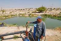 JORDANIEN Wassermangel und Landwirtschaft im Jordan Tal, Farmer an einem Wassertank mit Wasser vom Jordan / JORDAN, water shortage and agriculture in the Jordan valley , farmer at  water pond with water from Jordan River