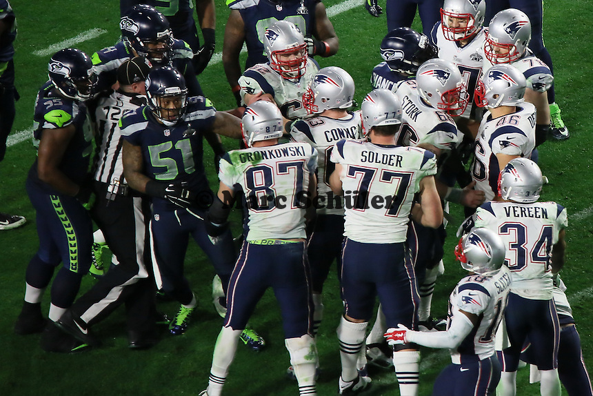 LB Bruce Irvin (51, Seahawks) fängt eine Schlägerei mit TE Rob Gronkowski (87, Patriots) an und wird dafür bestraft - Super Bowl XLIX, Seattle Seahawks vs. New England Patriots, University of Phoenix Stadium, Phoenix