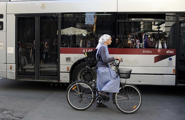 Roma, 9, novembre 2011.via del corso.Suora in bicicletta