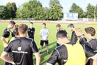 Trainer Andre Weingärtner (Waldalgesheim) bei seiner Ansprache an die Mannschaft - SV Alem. Waldalgesheim trifft in der 1. Runde des DFB-Pokal auf Bayer Leverkusen und spielt gegen Ingelheim den Saisonauftakt