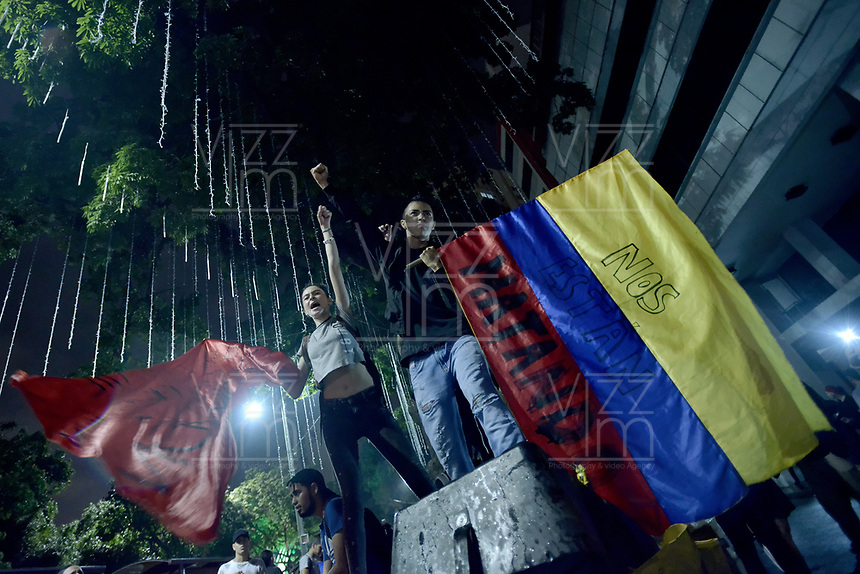 CALI - COLOMBIA, 29-11-2019: Cientos de manifestantes marcharon por el Centro de Cali para unirse a la novena jornada de paro Nacional en Colombia hoy, 29 de noviembre de 2019. La jornada Nacional es convocda para rechazar el mal gobierno y las decisiones que vulneran los derechos de los Colombianos. / Hundreds of protesters marched through downtown of Cali to join the ninth National Strike day in Colombia today, November 29, 2019. The National Day is convened to reject bad government and decisions that violate the rights of Colombians. Photo: VizzorImage / Gabriel Aponte / Staff