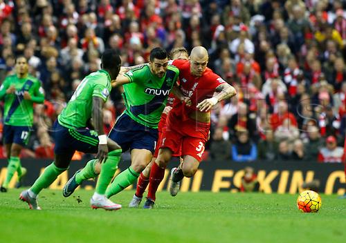 25.10.2015. Anfield, Liverpool, England. Barclays Premier League. Liverpool versus Southampton. Southampton striker Graziano Pellè (centre) goes Liverpool defender Martin Škrtel.