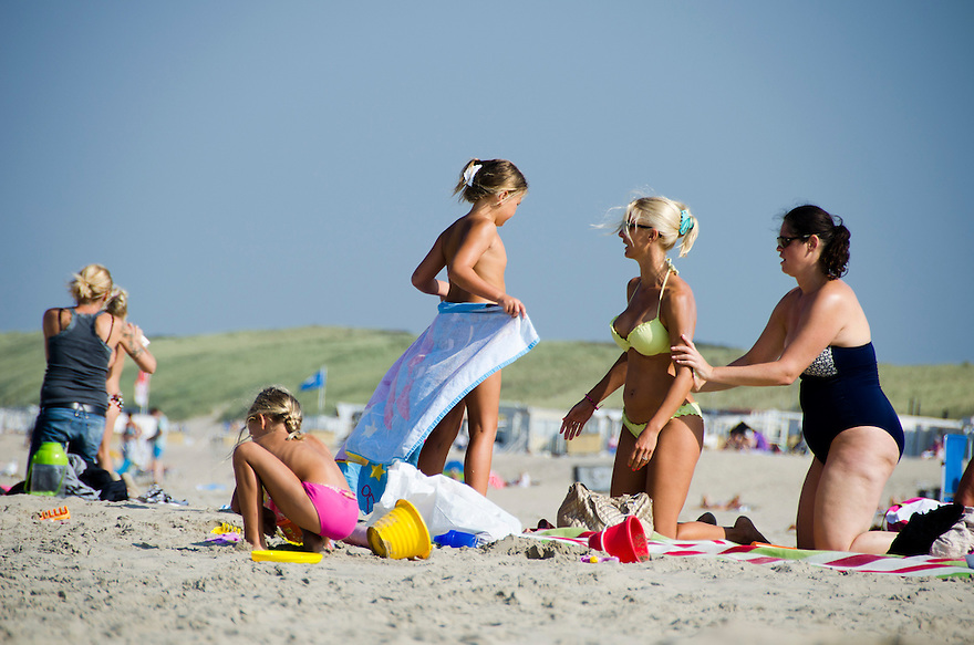 Nederland, Beverwijk, 4 sept 2014<br /> Zonnebrandcreme smeren op het strand. In de zon moet je je goed insmeren met creme, anders loop je kans op huidkanker. <br /> Foto: (c) Michiel Wijnbergh