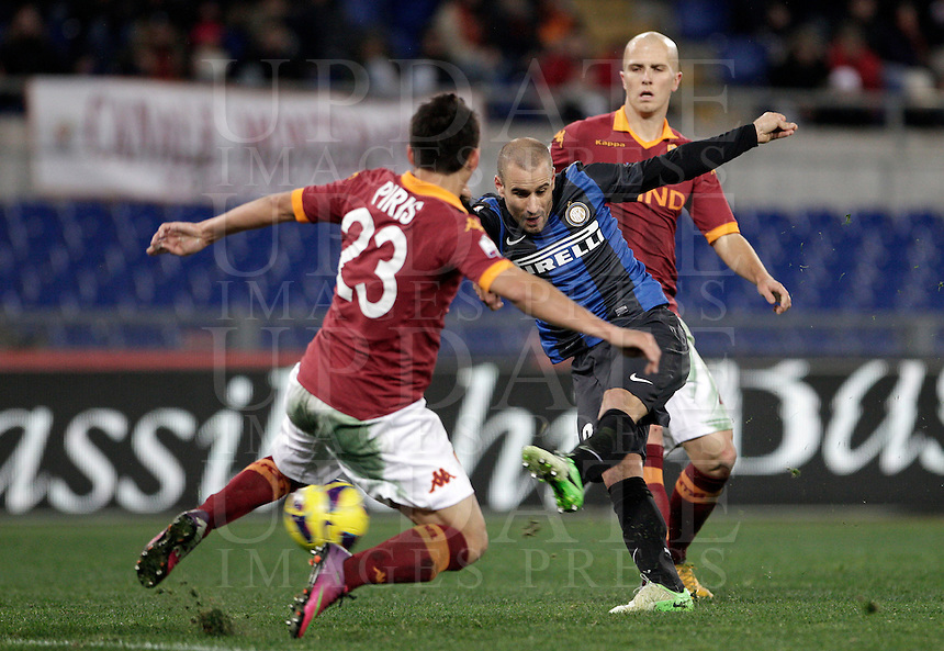 Calcio, semifinale di andata di Coppa Italia: Roma vs Inter. Roma, stadio Olimpico, 23 gennaio 2013..FC Inter forward Rodrigo Palacio, of Argentina, center, is challenged by AS Roma defender Ivan Piris, of Paraguay, left, as AS Roma midfielder Michael Bradley, of the United States, looks on during the Italy Cup football semifinal first half match between AS Roma and FC Inter at Rome's Olympic stadium, 23 January 2013..UPDATE IMAGES PRESS/Riccardo De Luca