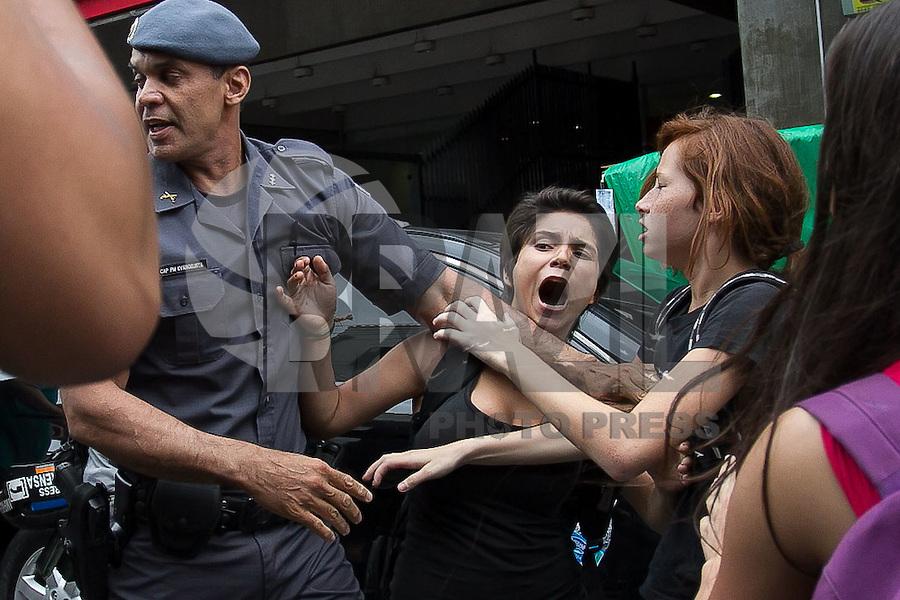 SÃO PAULO,SP, 13.11.2015 - PROTESTO-ESTUDANTES - Confronto entre policia e estudantes que ocupam a Escola Estadual Fernão Dias no bairro de Pinheiros, na zona oeste de São Paulo, em ato contra o fechamento de escolas e o plano de reestruturação do ensino proposto pelo governo Geraldo Alckmin (PSDB) para 2016, nesta sexta-feira (13). A ocupação já dura mais de 75 horas. (Foto: Douglas Pingituro/Brazil Photo Press)