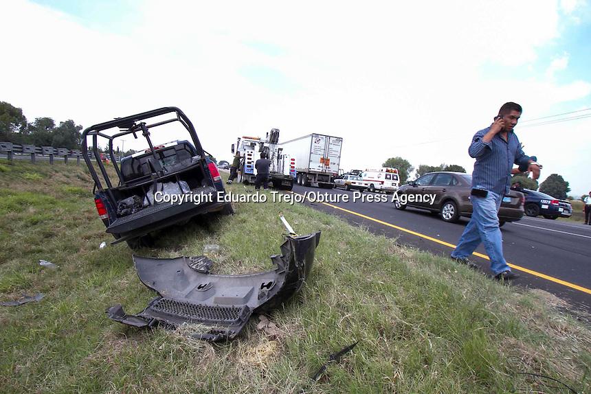 Pedro Escobedo, Qro. 31 agosto 2015.- Una caravana de camionetas de la Polic&iacute;a Federal provoc&oacute; el choque multiple donde estuvieron involucrados miembros de equipo de seguridad de los asesores pol&iacute;ticos del Gobernador Electo de Nuevo Le&oacute;n, Jaime Rodr&iacute;guez &quot;El Bronco&quot;.<br /> <br /> De este accidente resultaron lesionadas 6 personas, dos conductores, dos polic&iacute;as y dos trabajadores de mantenimiento de la autopista.<br /> <br /> Los veh&ntilde;iculos involucrados son una patrulla de la Polic&iacute;a Federal, una camioneta de carga y una camioneta Tahoe con guardaespaldas y que custodiaban el auto particular del asesor principal de El Bronco.