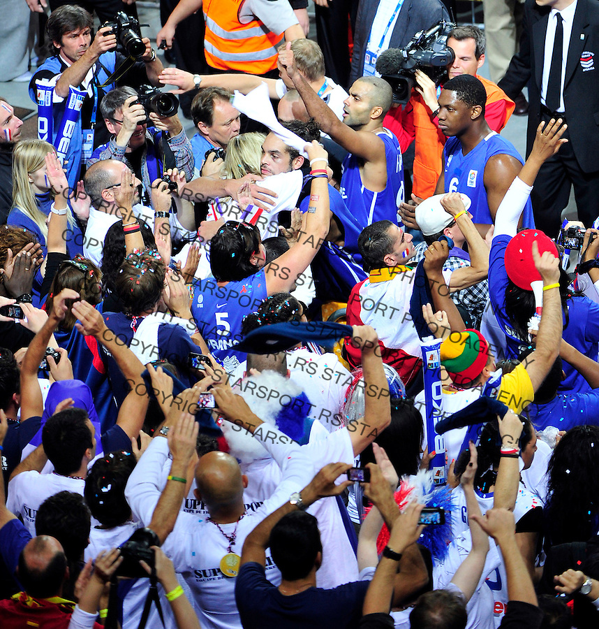 French national basketball player Tony Parker gestures to the supporters in final Eurobasket 2011 game between Spain and France in Kaunas, Lithuania, Sunday, September 18, 2011. (photo: Pedja Milosavljevic)