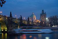 Europe/République Tchèque/Prague:Le Pont Charles  sur la  Vltava  et laTour  du Pont de la Vieille Ville - vue de nuit