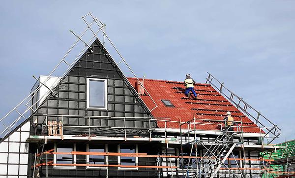 Nederland Zaandam 2018.   Nieuwbouw in Zaandam. Bouwvakker bevestigt rails voor zonnepanelen.   Foto Berlinda van Dam / Hollandse Hoogte