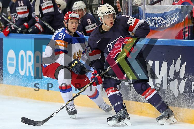 USAs Murphy, Connor (Nr.5)(Arizona Coyotes) an der Bande im Zweikampf mit Russlands Tarasenko, Vladimir (Nr.91)(St. Louis Blues)  im Spiel IIHF WC15 Russia vs. USA.<br /> <br /> Foto &copy; P-I-X.org *** Foto ist honorarpflichtig! *** Auf Anfrage in hoeherer Qualitaet/Aufloesung. Belegexemplar erbeten. Veroeffentlichung ausschliesslich fuer journalistisch-publizistische Zwecke. For editorial use only.