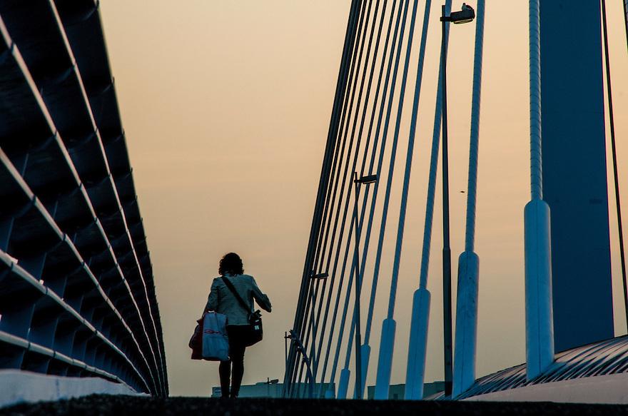 Nederland, Utrecht, 3 okt 2014<br /> Vrouw loopt op de Prins Clausbrug. De Prins Clausbrug is een tuibrug die de verbinding vormt over het Amsterdam-Rijnkanaal, tussen de Utrechtse gebiedsdelen Kanaleneiland en Papendorp. De brug is een ontwerp van Ben van Berkel,<br /> Foto: (c) Michiel Wijnbergh
