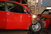 SAO PAULO, SP, 28-10-2014, ACIDENTE. Uma pessoa ficou ferida apos o veiculo em que estava colidir contra a traseira de um caminhão na Av. Salim Farah Maluf altura da Rua  David Zeiger, no bairro da  Agua Rasa, zona leste de Sao Paulo. O acidente acontece na madrugada dessa terca-feira (28) a vitima foi socorrida pelos bombeiros.  Luiz Guarnieri/ Brazil Photo Press.