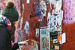 *BRAZIL ONLY* ATENÇÃO EDITOR, FOTO EMBARGADA PARA VEÍCULOS INTERNACIONAIS*  wenn33543142   Fãs de David Bowie deixam flores e mensagens no Memorial Bowie Brixton, para relembrar o músico inglês no seu segundo aniversário de morte, neste domingo (7), em Londres. Foto: Wenn/Framephoto