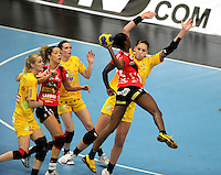 EHF Champions League Handball Damen / Frauen / Women - HC Leipzig HCL : SD Itxako Estella (spain) - Arena Leipzig - Gruppenphase Champions League - im Bild: Luisa Schulze wirft sich dem Angriff entgegen. Foto: Norman Rembarz .