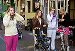 Nederland, Utrecht , 25-09-2008  Studenten bellen mobiel. Students using their mobile phones. FOTO: Gerard Til