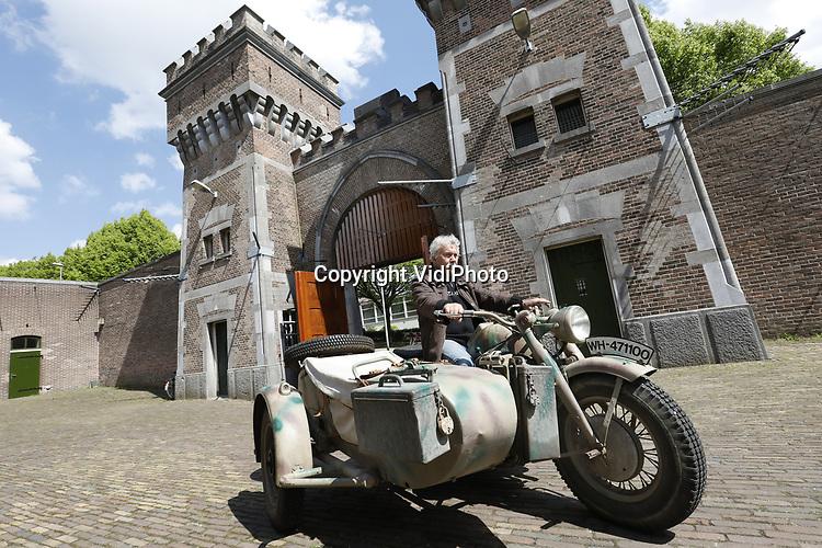 Foto: VidiPhoto<br /> <br /> ARNHEM &ndash; Duitse legervoertuigen uit de Tweede Wereldoorlog rijden donderdagmorgen af, maar vooral aan, op de binnenplaats van de voormalige Koepelgevangenis in Arnhem. De penitentiaire inrichting staat te koop, maar wordt op dit moment verhuurd als evenementengebouw. Vanaf vrijdag wordt drie dagen lang de historie van het gebouw als &lsquo;Nazihotel&rsquo; belicht. Tal van verzetshelden zaten er gevangen. In mei 1944 vond er een spectaculaire overval plaats op de &lsquo;Koepel&rsquo;, waarbij verzetsmensen onder andere de bekende Frits de Zwerver wisten te bevrijden. Daarbij werd een bevriende cipier per ongeluk doodgeschoten. Naast de Duitse legervoertuigen, worden ook tal van attributen uit die tijd tentoongesteld, voornamelijk afkomstig van het Arnhems Oorlogsmuseum 40-45. Bezoekers krijgen een rondleiding door het gebouw en langs de cellen, waaronder de zogenoemde Dodencel nr. 4. Familieleden en overlevenden van die periode zijn eveneens aanwezig.