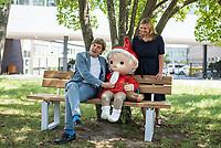 Anlaesslich des 60. Geburtstag des Fernseh-Sandmaennchens wurde vor dem Fernsehzentrum des Rundfunk Berlin Brandenburg, rbb, in der Berliner Masurenallee vom rbb-Programmdirektor Dr. Schulte-Kellinghaus (links im  Bild) und Anja Hagemeier, Leiterin der rbb-Redaktion Kinder und Familie (rechts im Bild) eine Sandmaennchen-Figur enthuellt.<br /> 24.6.2019, Berlin<br /> Copyright: Christian-Ditsch.de<br /> [Inhaltsveraendernde Manipulation des Fotos nur nach ausdruecklicher Genehmigung des Fotografen. Vereinbarungen ueber Abtretung von Persoenlichkeitsrechten/Model Release der abgebildeten Person/Personen liegen nicht vor. NO MODEL RELEASE! Nur fuer Redaktionelle Zwecke. Don't publish without copyright Christian-Ditsch.de, Veroeffentlichung nur mit Fotografennennung, sowie gegen Honorar, MwSt. und Beleg. Konto: I N G - D i B a, IBAN DE58500105175400192269, BIC INGDDEFFXXX, Kontakt: post@christian-ditsch.de<br /> Bei der Bearbeitung der Dateiinformationen darf die Urheberkennzeichnung in den EXIF- und  IPTC-Daten nicht entfernt werden, diese sind in digitalen Medien nach §95c UrhG rechtlich geschuetzt. Der Urhebervermerk wird gemaess §13 UrhG verlangt.]