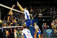 GRONINGEN - Volleybal , Lycurgus - Orion, finale playoff 3, seizoen 2018-2019, 01-05-2019 blok met Lycurgus speler Niels de Vries