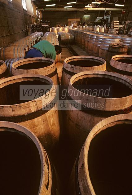 Europe/France/Poitou-Charentes/16/Charente/Cognac/Tonnellerie Seguin Moreau: Montage des fonds<br /> PHOTO D'ARCHIVES // ARCHIVAL IMAGES<br /> FRANCE 1990