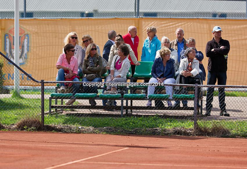 August 24, 2014, Netherlands, Amstelveen, De Kegel, National Veterans Championships, spectators<br /> Photo: Tennisimages/Henk Koster