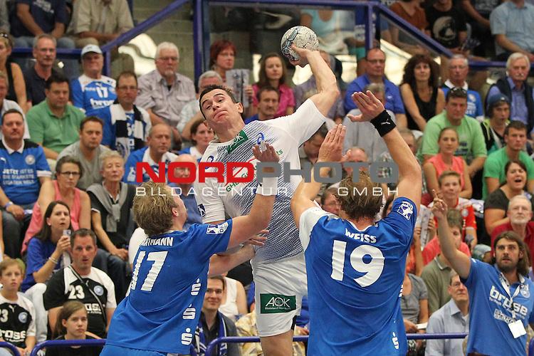 04.09.2013, Klingenhalle Solingen, Solingen, GER, HBL,  Bergischer HC vs HSV Handball, im Bild<br /> Zarko Markovic (Hamburg #77 / MNT) (mi.) gegen Jan Artmann (Bergischer HC #17) (li.) und Maximilian Wei&szlig; (Bergischer HC #19) (re.)<br /> <br /> Foto &copy; nph / Mueller