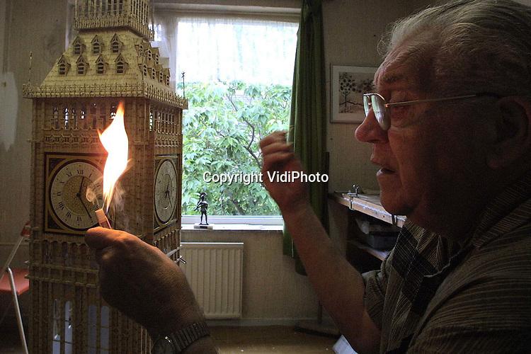 Foto: VidiPhoto..ZEVENAAR - De zeventigjarige kunstenaar Coen van Os uit Mijdrecht bouwt aan zijn levenswerk: de Londense Big Ben. De Toren wordt helemaal van verbrande lucifers opgetrokken en krijgt een hoogte van 4,5 meter. Deze herfst moet het project klaar zijn. In totaal worden 4 miljoen lucifers gebruikt. Behalve dat Van Os daarmee ruimschoots in het Guiness Book of Records komt, weet hij zeker dat niemand hem dit nadoet. De speciale lucifers die hij gebruikt verdwijnen namelijk uit de handel. Foto: De lucifers moeten eerst wel afgebrand worden.