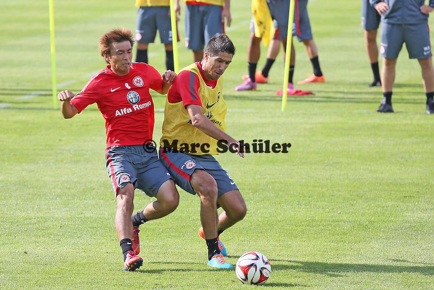 Takashi Inui gegen Slobodan Medojevic (Eintracht) - Eintracht Frankfurt Training, Commerzbank Arena