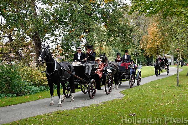 Traditie tijdens Alkmaar Ontzet. Ringsteken in klederdracht in het Kennemerpark.