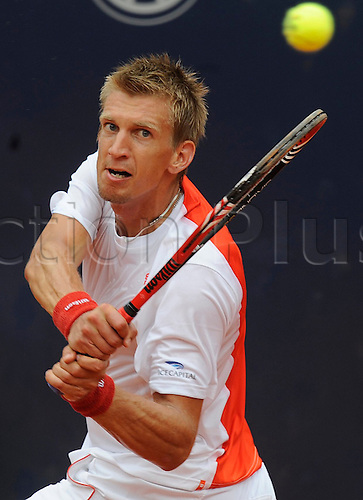 Finland's Jarkko Nieminen returns a forehand to Spain's Juan Carlos Ferrero during their ATP 2010;German Open round of 16 match at Rothenbaum club in Hamburg, Germany, 22 July 2010.