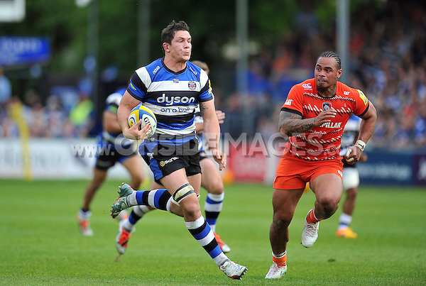 Francois Louw of Bath Rugby goes on the attack. Aviva Premiership semi-final, between Bath Rugby and Leicester Tigers on May 23, 2015 at the Recreation Ground in Bath, England. Photo by: Patrick Khachfe / Onside Images