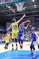 Tai Webster (Fraport Skyliners) gegen Tim Schwartz (Basketball Löwen Braunschweig) - 11.10.2017: Fraport Skyliners vs. Basketball Löwen Braunschweig, Fraport Arena Frankfurt