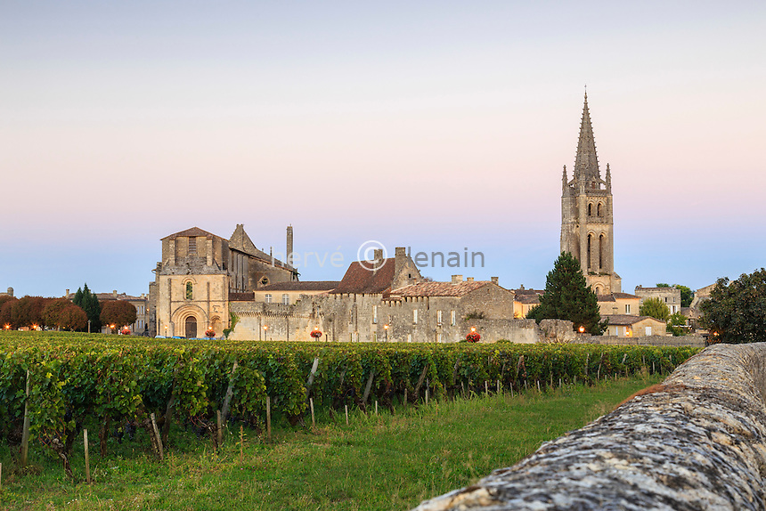 France, Gironde (33), Saint-Émilion, classé Patrimoine Mondial de l'UNESCO, le soir, le vignoble, le clocher de l'église monolithe à droite, la collégiale à gauche // France, Gironde, Saint Emilion, listed as World Heritage by UNESCO,